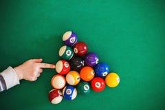 Ballen op een biljartlijst Kind speelbiljart royalty-vrije stock afbeeldingen