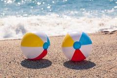 Ballen op het strand stock foto's
