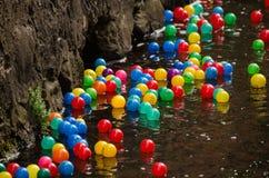 Ballen in rivier Stock Fotografie