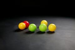 Ballen tegen zwarte achtergrond Stock Afbeeldingen