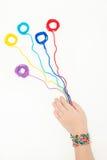 Ballen van draad in de handen van een kind Het borduurwerk, Draad, naait Stock Foto