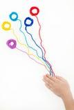 Ballen van draad in de handen van een kind Het borduurwerk, Draad, naait Stock Afbeeldingen