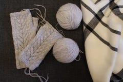 Ballen van garen, het breien, naalden, fingerless handschoenen royalty-vrije stock afbeeldingen