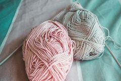 Ballen van garenpastelkleur met naalden worden gekleurd die Royalty-vrije Stock Afbeelding