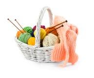 Ballen van garens voor het breien in rieten mand Royalty-vrije Stock Fotografie