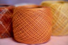 Ballen van gekleurde draden van beige tonen stock afbeelding