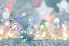 Ballen van het Kerstmis de decoratieve glas tegen het gloeien vakantielichten stock fotografie