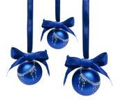 Ballen van Hungings de blauwe die Kerstmis op een wit worden geïsoleerd Royalty-vrije Stock Foto's
