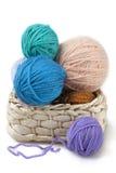 Ballen van wol in de mand Royalty-vrije Stock Afbeeldingen
