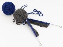 Ballen van wol met breinaalden stock afbeelding