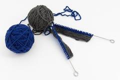 Ballen van wol met breinaalden stock afbeeldingen