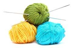 Ballen van wol met breinaalden stock foto's