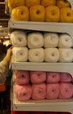 Ballen van wol op de opslagplank voor knutselaars en naaisters stock fotografie