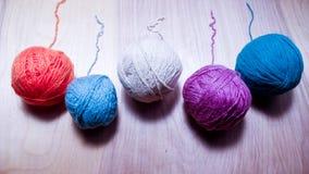 Ballen van wollen garen voor het breien op de lijst Warme gekke kleren Royalty-vrije Stock Afbeeldingen