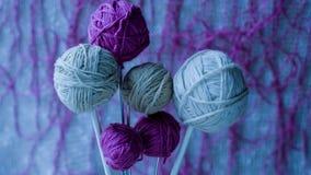 Ballen van wollen garen voor het breien op de lijst Warme gekke kleren Stock Afbeelding