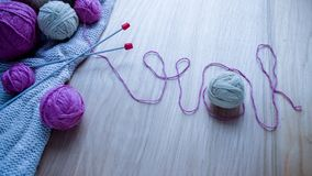 Ballen van wollen garen voor het breien op de lijst Warme gekke kleren Royalty-vrije Stock Afbeelding