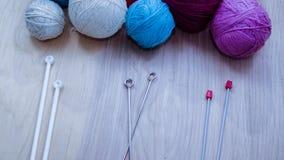 Ballen van wollen garen voor het breien op de lijst Warme gekke kleren Stock Foto's