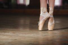 Ballerina ή χορευτής στο pointe Στοκ εικόνες με δικαίωμα ελεύθερης χρήσης