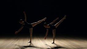 Ballerina δύο που χορεύει στη σκηνή στο σκοτεινό, αργό MO φιλμ μικρού μήκους