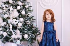 ballerina λίγα Άσπρη ανασκόπηση μπλε φόρεμα maike οικολογικός ξύλινος διακοσμήσεων Χριστουγέννων Στοκ Φωτογραφία