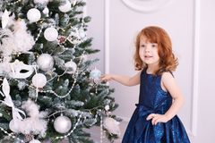 ballerina λίγα παιδί ευτυχές μπλε φόρεμα maike οικολογικός ξύλινος διακοσμήσεων Χριστουγέννων Στοκ Φωτογραφία