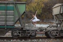 Ballerina μεταξύ των βαγονιών εμπορευμάτων φορτίου στοκ εικόνες