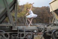 Ballerina μεταξύ των βαγονιών εμπορευμάτων φορτίου στοκ εικόνες με δικαίωμα ελεύθερης χρήσης