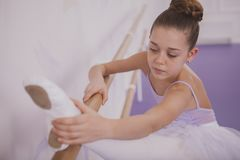 Ballerina νέων κοριτσιών γοητείας που ασκεί στο σχολείο χορού στοκ φωτογραφία με δικαίωμα ελεύθερης χρήσης
