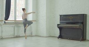 Ballerina που εκτελεί την άσκηση dehors στην μπάρα απόθεμα βίντεο