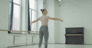 Ballerina που εκτελεί το soutenu στο στούντιο χορού απόθεμα βίντεο