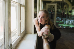 Ballerina που θερμαίνει στην κατηγορία μπαλέτου Στοκ εικόνες με δικαίωμα ελεύθερης χρήσης