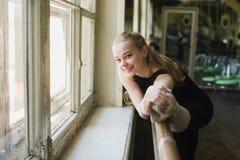 Ballerina που θερμαίνει στην κατηγορία μπαλέτου Στοκ Εικόνες