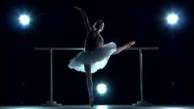 Ballerina που κάνει ένα workout στην τάξη πλησίον απόθεμα βίντεο