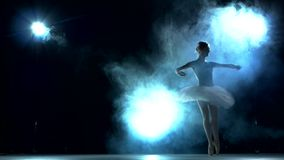 Ballerina που κάνει ένα workout στην τάξη στο μπλε φιλμ μικρού μήκους