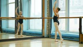 Ballerina που κάνει exercise rond de jamb απόθεμα βίντεο