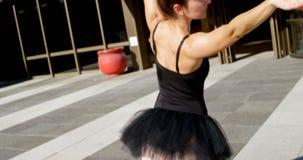 Ballerina που χορεύει στην πόλη 4k φιλμ μικρού μήκους