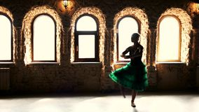 Ballerina που χορεύει στο στούντιο στο υπόβαθρο παραθύρων απόθεμα βίντεο