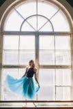 Ballerina που χορεύει στο υπόβαθρο στρωματοειδών φλεβών παραθύρων Στοκ εικόνες με δικαίωμα ελεύθερης χρήσης