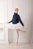 Ballerina σε ένα θερμό πουλόβερ Στοκ φωτογραφία με δικαίωμα ελεύθερης χρήσης