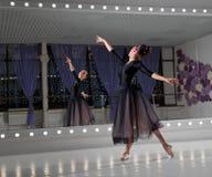 Ballerina στην αίθουσα κατάρτισης στοκ εικόνα