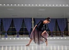 Ballerina στην αίθουσα κατάρτισης στοκ φωτογραφία