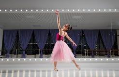 Ballerina στην αίθουσα κατάρτισης στοκ εικόνα με δικαίωμα ελεύθερης χρήσης