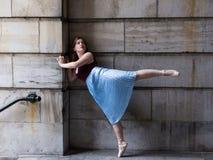 Ballerina στην πολύ πτυχωμένη φούστα και pointe παπούτσια που στέκονται στο πλήρως εκτεταμένο πόδι στοκ εικόνες με δικαίωμα ελεύθερης χρήσης