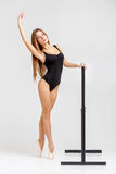 Ballerina στη μαύρη εξάρτηση Στοκ εικόνες με δικαίωμα ελεύθερης χρήσης