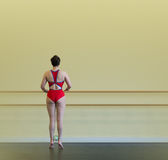 Ballerina στη ράγα άσκησης Στοκ φωτογραφία με δικαίωμα ελεύθερης χρήσης