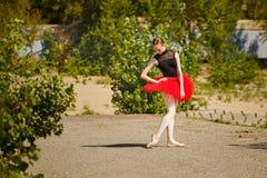 Ballerina στο κόκκινο tutu που χορεύει στο πάρκο Στοκ Εικόνες
