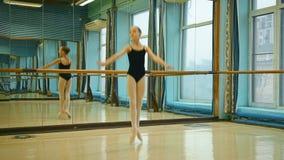 Ballerina abbastanza piccola stock footage