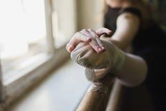 Ballerina attraente che si scalda nella classe di balletto Fotografia Stock Libera da Diritti