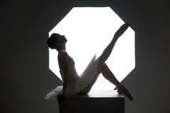Ballerina auf dem Würfel Stockbild