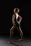 Ballerina auf schwarzem Hintergrund lizenzfreie stockfotos